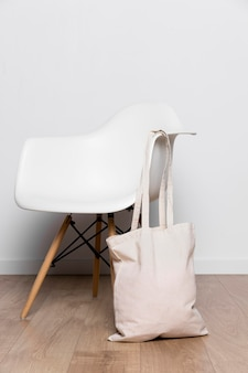 Borsa tote in tessuto vista frontale appesa alla sedia