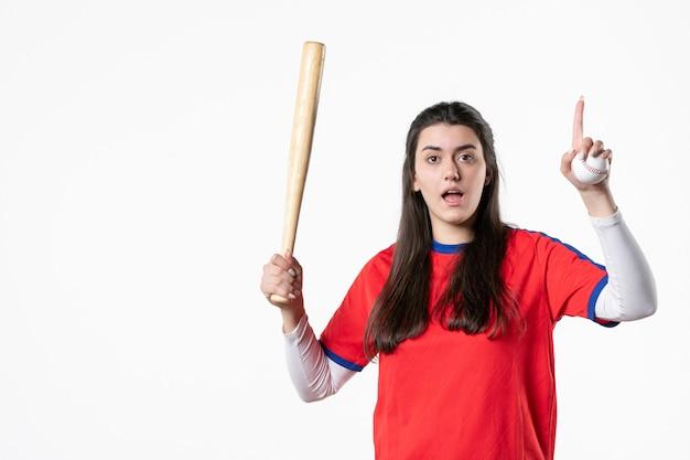 Giocatore di baseball femminile di vista frontale con la mazza e la palla