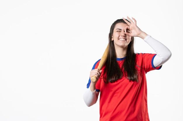 Giocatore femminile di vista frontale con la mazza da baseball