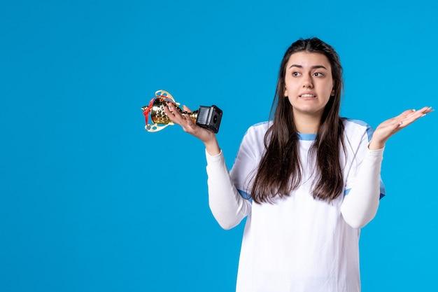 Giocatore femminile di vista frontale con la tazza