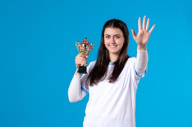 Giocatore femminile di vista frontale con il trofeo