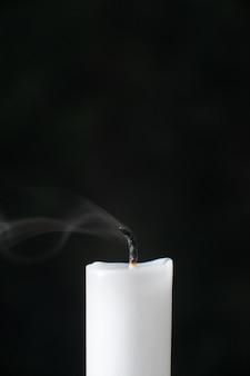 Vista frontale della candela senza fuoco sul nero