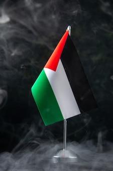 Vista frontale della bandiera della palestina sul nero