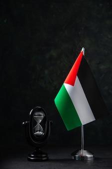 Vista frontale della bandiera della palestina con clessidra su nero