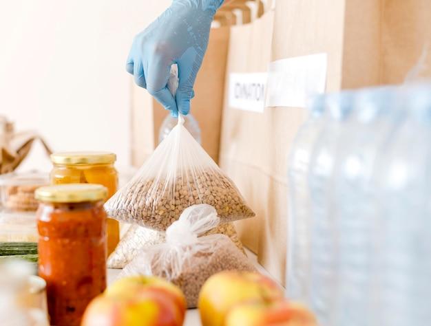 Vista frontale del cibo per la donazione di beneficenza