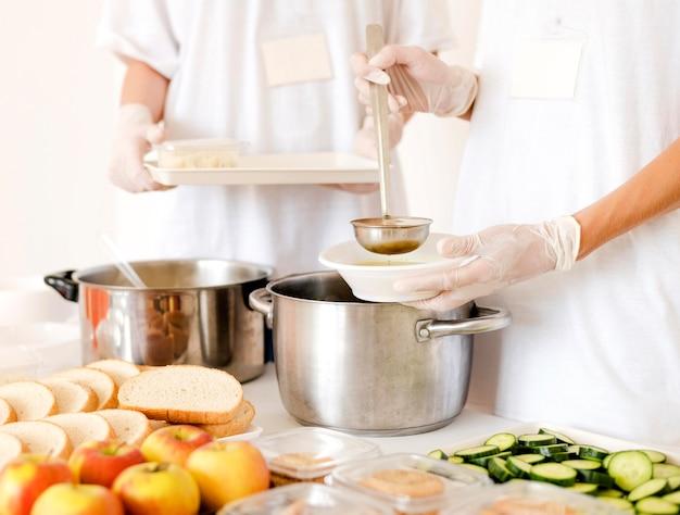 Vista frontale del cibo preparato per la donazione