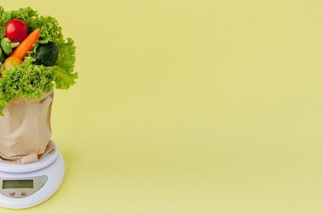 Vista frontale degli ortaggi freschi sulle scale vegan e sul concetto sano