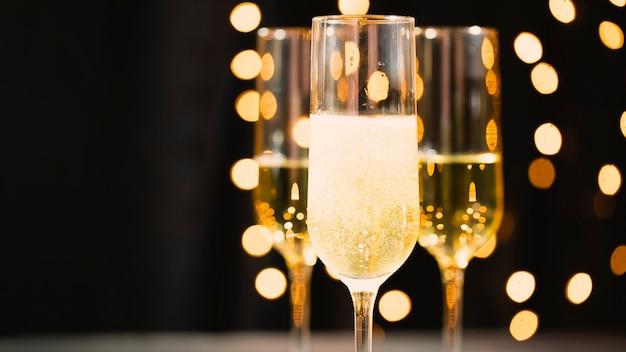 Occhiali vista frontale con champagne per la festa di capodanno