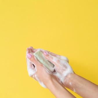 Vista frontale delle mani che lavano con il sapone e lo spazio della copia