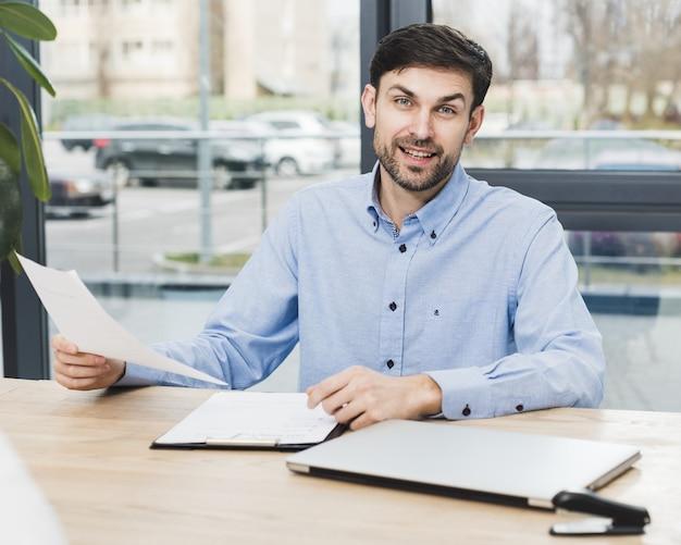 Vista frontale dell'uomo delle risorse umane allo scrittorio che tiene un'intervista