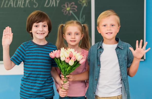 Bambini di vista frontale che propongono insieme