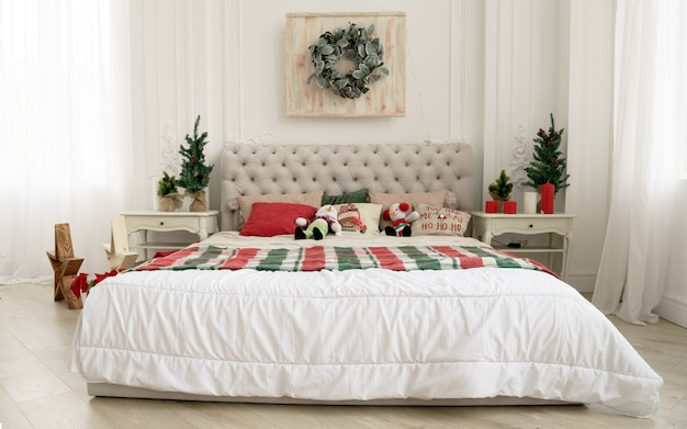 Vista frontale del letto king size decorato per le vacanze di natale
