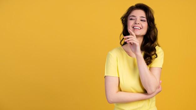 Vista frontale della donna che ride con lo spazio della copia