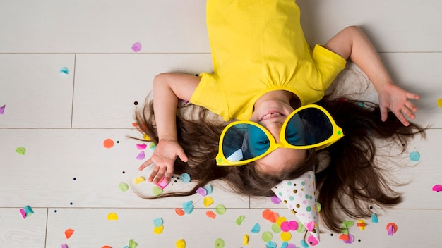 Vista frontale della bambina con grandi occhiali da sole