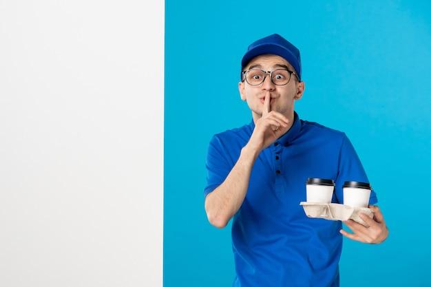 Corriere maschio di vista frontale in uniforme blu sull'azzurro