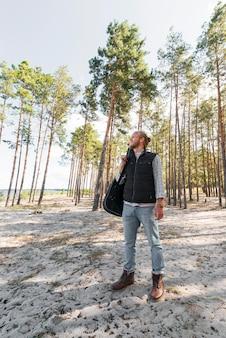 Uomo di vista frontale in piedi nella natura