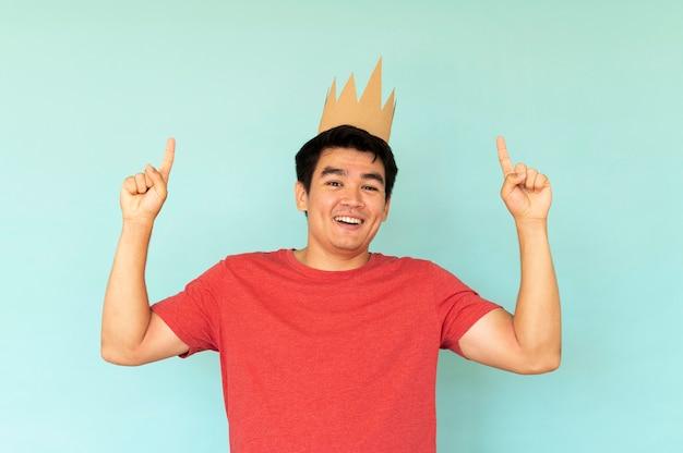 Vista frontale dell'uomo con il concetto di corona
