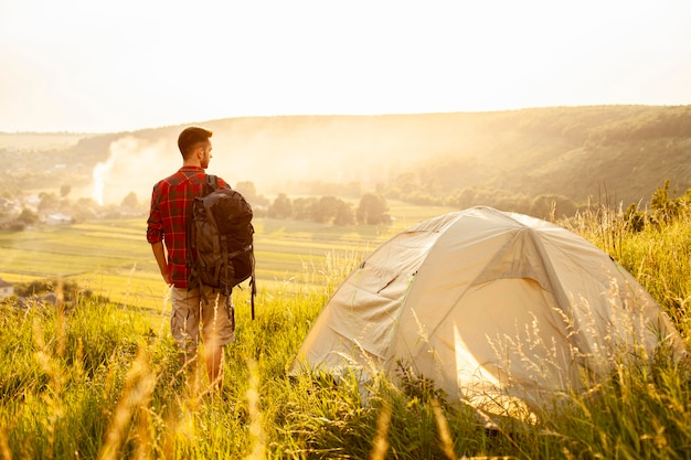 Vista frontale uomo con tenda