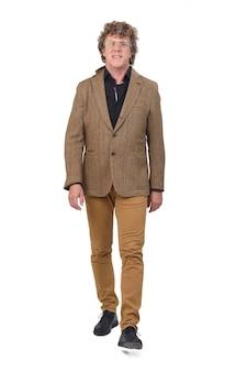 Vista frontale dell'uomo di mezza età con blazer a piedi,