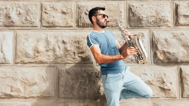 Vista frontale del musicista che suona il concetto di sassofono
