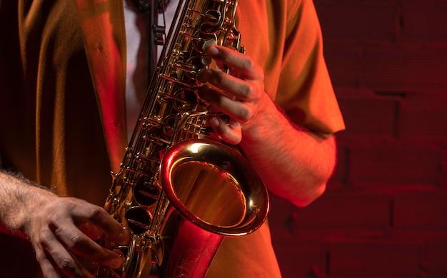 Vista frontale del musicista che suona il sassofono