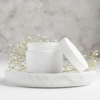 Vista frontale del concetto di crema naturale