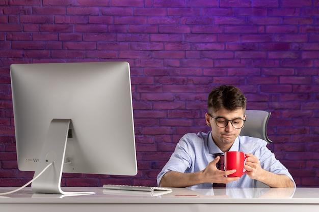 Impiegato di vista frontale dietro il lavoro della scrivania
