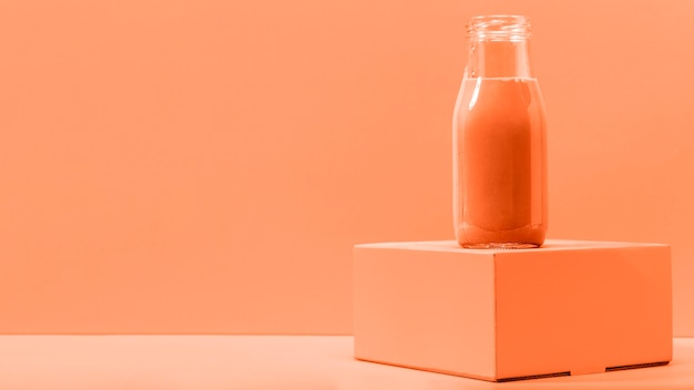 Frullato arancione vista frontale con copia-spazio