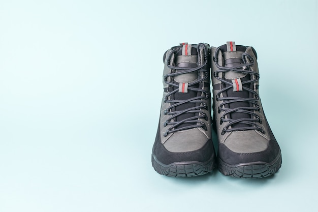 Vista frontale di un paio di scarpe da uomo in blu. scarpe da uomo per il freddo.
