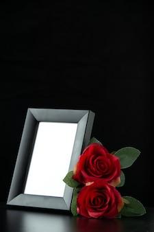 Vista frontale della cornice con rosa rossa su nero