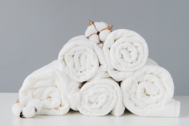 Vista frontale pila di asciugamani con cotone