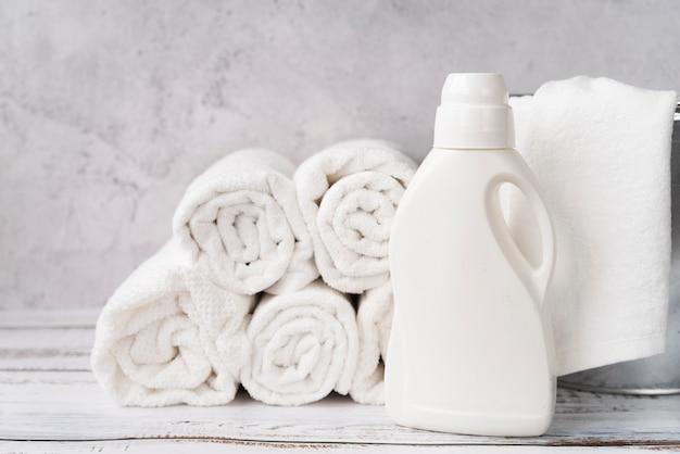 Mucchio di asciugamani vista frontale con ammorbidente