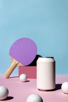 Vista frontale di palline da ping pong e pagaia con lattina di soda e copia spazio