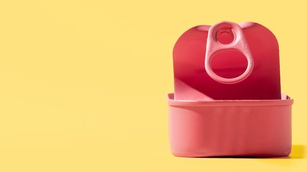 Barattolo di latta rosa vista frontale con copia-spazio