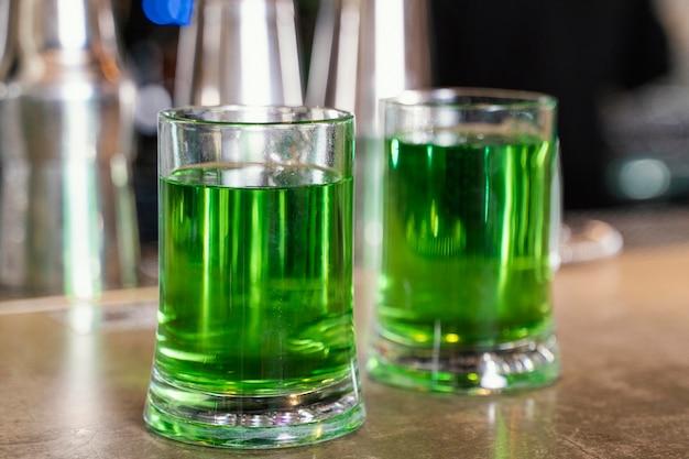 Vista frontale di pinte con bevande al bar per st. giorno di patrick