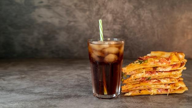 Fette della pizza di vista frontale con soda Foto Premium