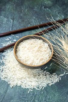 Vista frontale riso crudo all'interno del piatto