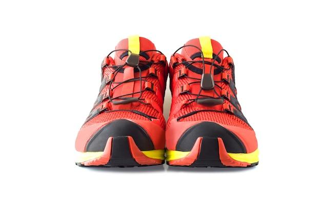Vista frontale di scarpe da trail running rosse o scarponi da trekking isolati su sfondo bianco