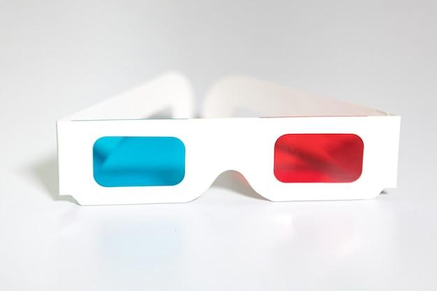 Vista frontale di occhiali 3d retrò con plastica blu e rossa