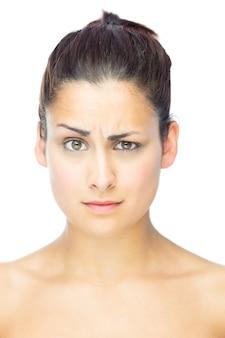Vista frontale della donna scettica che guarda l'obbiettivo