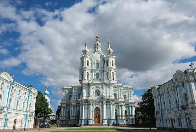 Vista frontale della cattedrale di smolny, san pietroburgo, russia