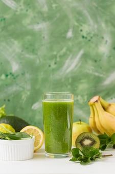 Bicchiere da frullato vista frontale con banane e kiwi