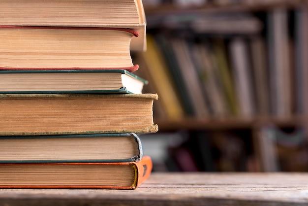 Vista frontale della pila di libri con copertina rigida in biblioteca