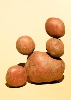 Vista frontale di patate impilate