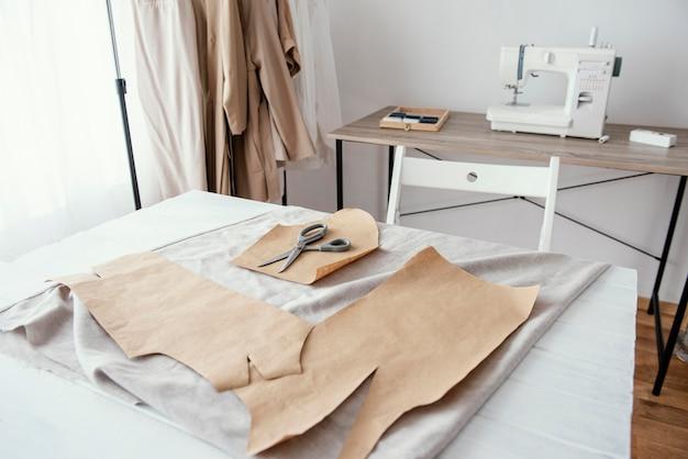 Vista frontale dello studio di sartoria con macchina da cucire