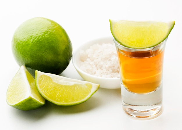 Colpo di tequila vista frontale e lime e sale