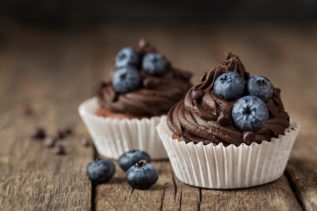 Vista frontale vista gustoso cupcake sfondo sfocato