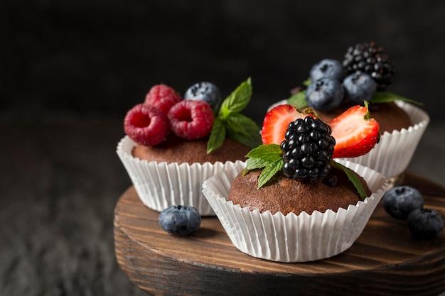 Vista frontale vista gustoso cupcake sul tagliere