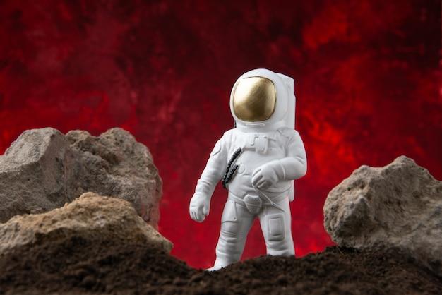 Vista frontale dell'astronauta bianco sulla luna su una fantascienza di fantasia cosmica rossa