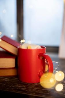 Disposizione invernale vista frontale con una tazza di caffè caldo
